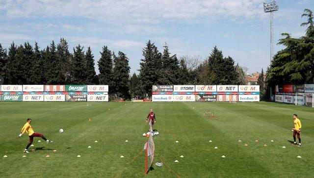 Galatasaray, sosyal mesafe ve hijyen kurallarına uygun olarak saha antrenmanlarını sürdürdü