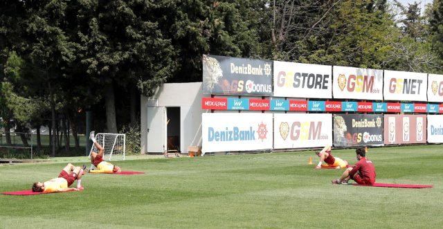 Galatasaray, sosyal mesafe ve hijyen kurallarına uygun olarak saha antrenmanlarına başladı