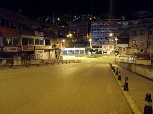 24 ilde sokağa çıkma yasağı başladı! İşte yasaktan muaf olanlar ve açık olan yerler