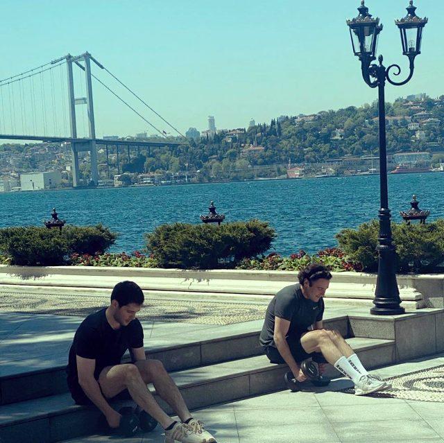 Kerim Sabancı ve Hacı Sabancı Boğaz'daki yalılarında denize karşı spor yaptı