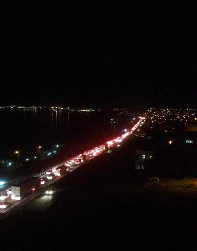 4 günlük sokağa çıkma yasağı öncesinde Silivri Gümüşyaka'da kilometrelerce araç kuyruğu oluştu