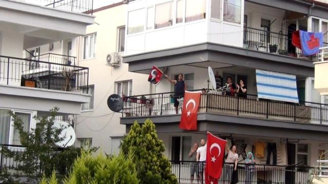 Ayvalık'ta 19 Mayıs coşkusu balkonlara taştı