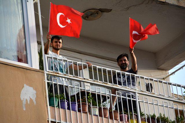 Son Dakika: Türkiye, 19 Mayıs'ı camlarda ve balkonlarda İstiklal Marşı okuyarak kutladı