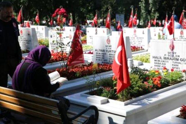 Bayramda mezarlık ziyaretleri yasak mı? Mezarlık ziyaretleri korona nedeniyle yasaklandı mı? Bayram boyunca mezarlık ziyaretleri yapılacak mı?