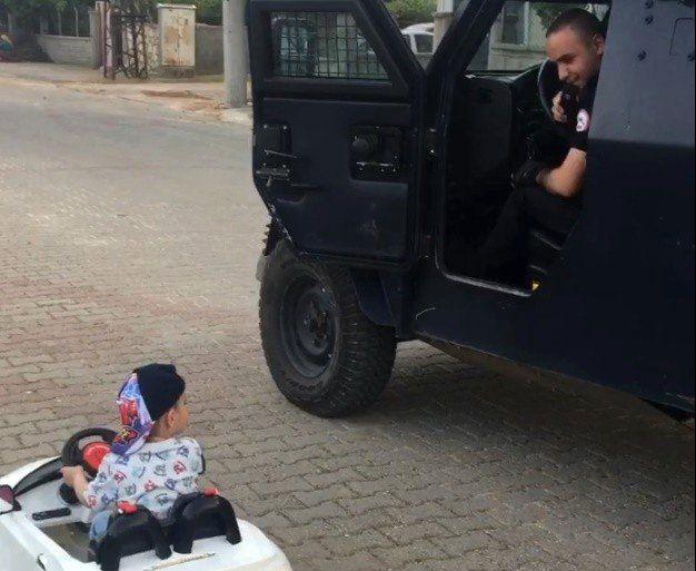 Mardin'de akülü arabasıyla geçen çocuk ve polis arasındaki ehliyet diyaloğu güldürdü