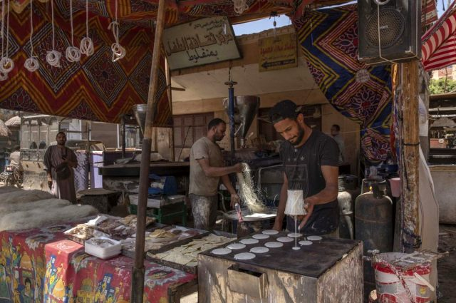 Mısırlı futbolcu Mahrous Mahmoud koronavirüs nedeniyle sokak satıcısı oldu