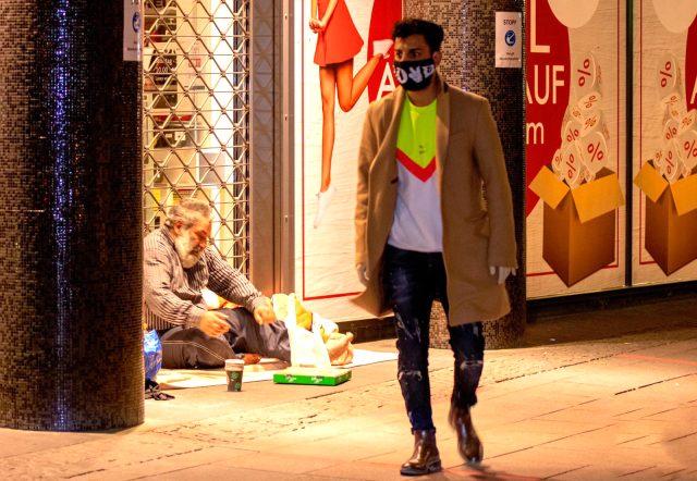 Şarkıcı KADR, sokakta yaşayan vatandaşlara yemek dağıttı
