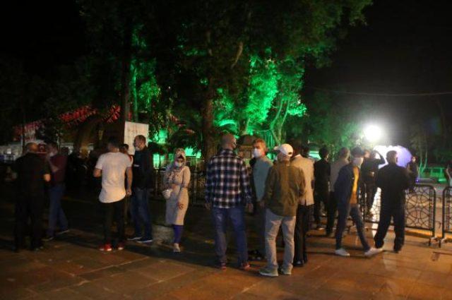 Sokağa çıkma yasağı biter bitmez Eyüpsultan Camii'ne koştular