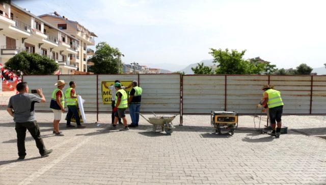 Antalya'da ilginç olay: 'Özel mülküm' diyerek ilçenin en işlek kavşağını trafiğe kapattı