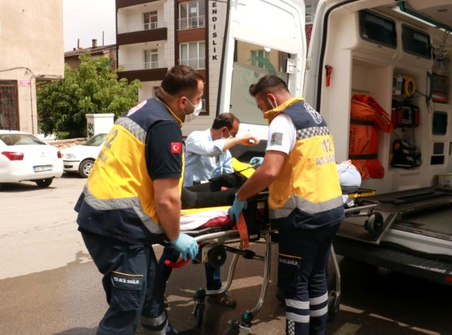 Hurdaya dönen araçtan 3 yaralı çıktı, bagajdaki buzağı olup bitenleri izledi