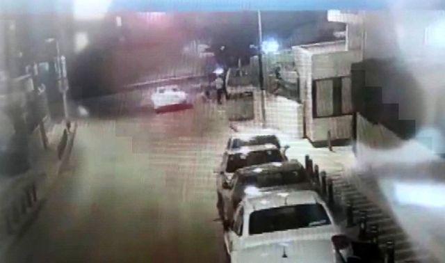 (Özel) Ümraniye'de park halindeki kamyonetin saniyeler içerisinde çalındığı anlar kamerada