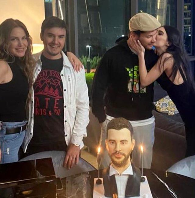Yeni yaşını kutlayan Sinan Akçıl'ın büst şeklindeki pastası sosyal medyada gündem oldu