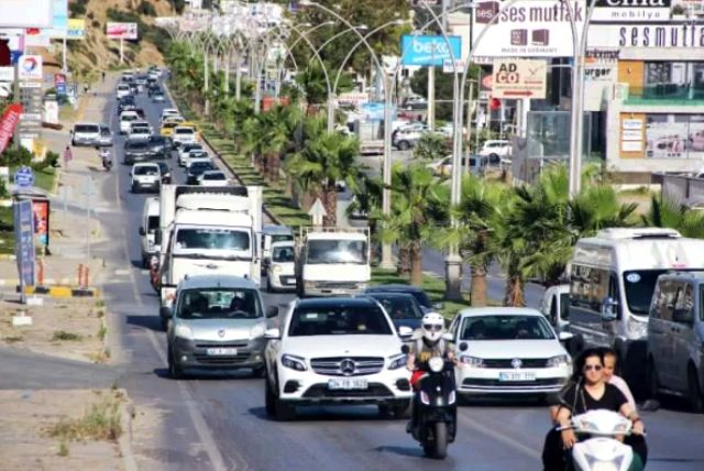 Bodrum'da bayram tatili yoğunluğu yaşanıyor! 24 saatte 10 bin araç giriş yaptı