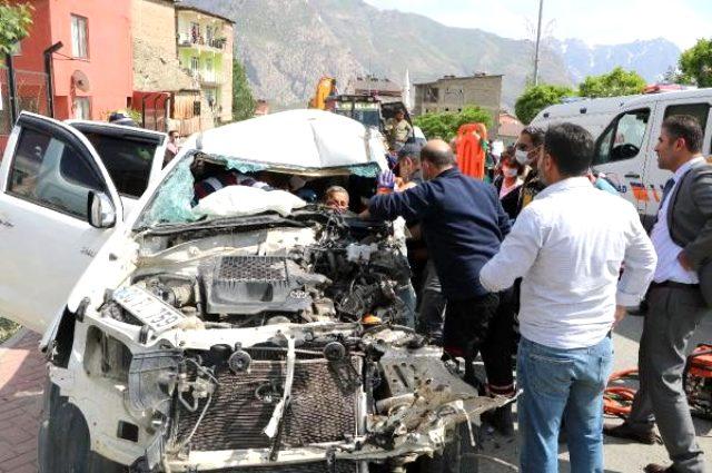 Kaza yerinde toplanan kalabalığı sosyal mesafe konusunda uyaran polis ekipleri saldırıya uğradı