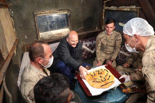 İçişleri Bakanı Süleyman Soylu, son iftarı İkiyaka Dağları'ndaki askerlerle yaptı