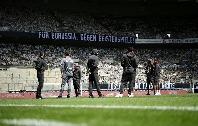 Mönchengladbach - Leverkusen maçında taraftarların kartondan fotoğrafları tribünlere yerleştirildi