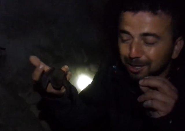 Yarasalarla dolu mağaraya giren Bursalı maceracı, yakaladığı yarasayı sevip öptü