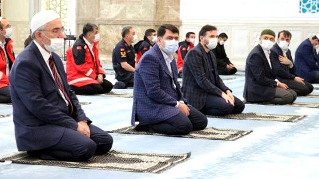 Ankara'da, bayram namazı kısıtlı sayıda cemaatle kılındı