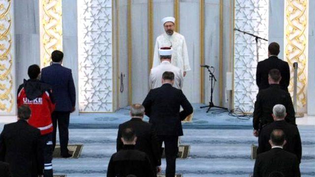 Bayram namazı yalnızca Ankara'da kılındı! Diyanet Başkanı Erbaş bayram hutbesini okudu