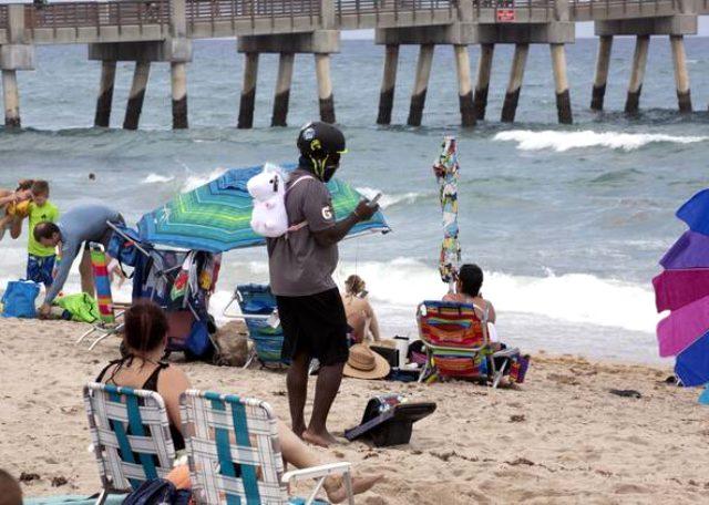 Koronavirüs kısıtlamalarının gevşetilmesinin ardından Amerikalılar sahilleri doldurdu