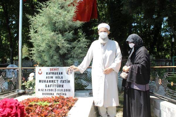 Şehit kaymakamının anne-babası, oğullarının mezarını ziyaret etti