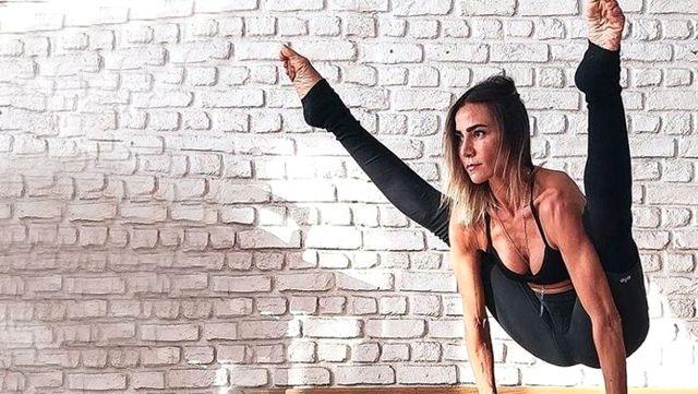 Türkiye güzeli Zeynep Tokuş, mini şortuyla amuda kalkarak poz verdi
