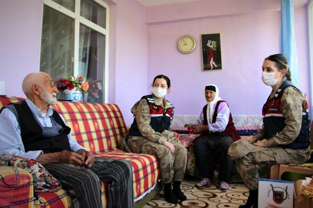 65 yıllık evli çiftin, jandarmalarla yaşadIğI 'bayram harçlığı' diyaloğu hem güldürdü hem de duygulandırdı