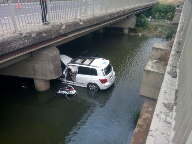 Seyir halindeki araç dereye uçtu