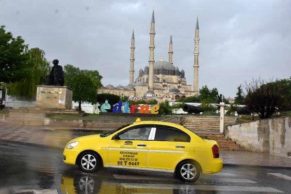Edirne'yi sağanak yağış vurdu, bir vatandaş göle dönen sokağa olta attı