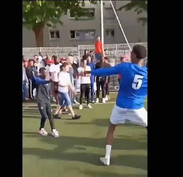 Fransa'nın Strasbourg kentinde oynanan yasa dışı maçı 400 kişi izledi, polis müdahale etti