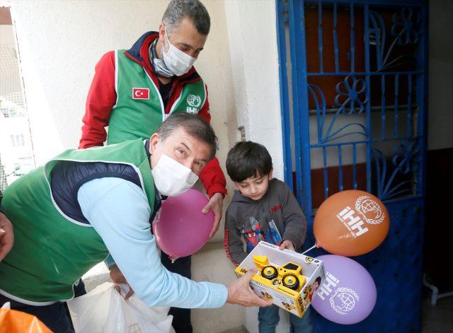 Tanju Çolak, İnsani Yardım Vakfınca düzenlenen organizasyonda ihtiyaç sahiplerine yardım etti