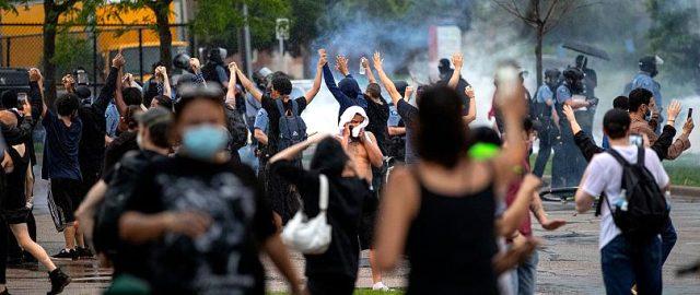ABD'de 'siyasi ırkçılık' bitmiyor! Skandal görüntü sonrası sokaklara dökülen halk polisle çatıştı