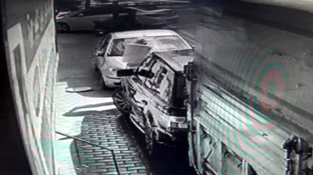 Evin önünde araba yıkanmasına kızan kadın, arabanın üstüne çöp döktü