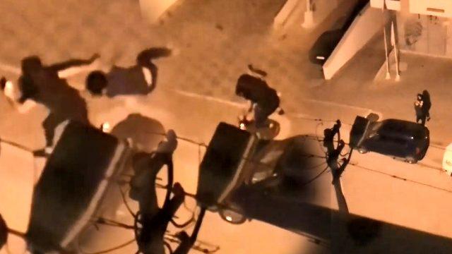 Genç kızlar sokak ortasında birbirlerine girdi, mahalleli camlara döküldü