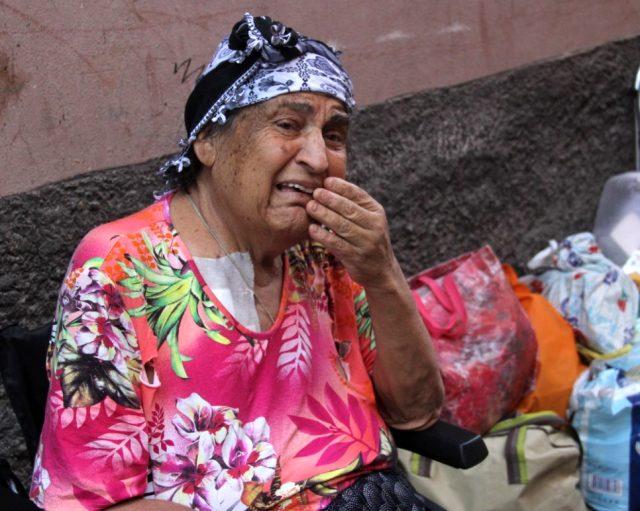 7 çocuğu olan yaşlı kadın, hastaneden çıktığı gün eşyalarıyla birlikte sokağa atıldı