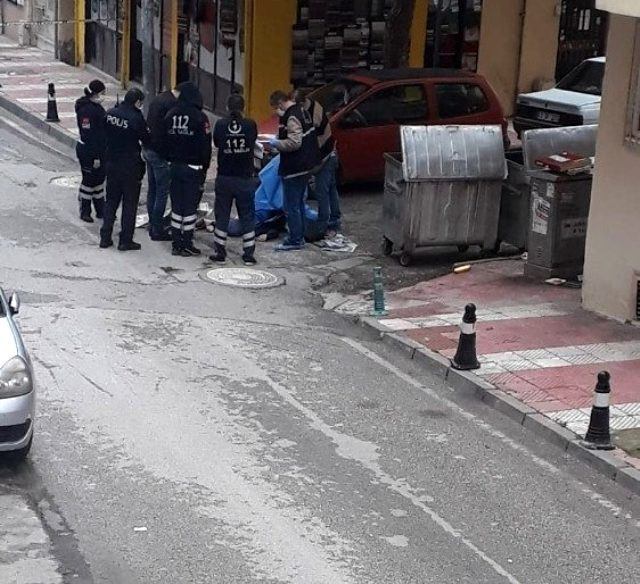 Erkek arkadaşı, sokak ortasında genç kızın üzerine kurşun yağdırdı