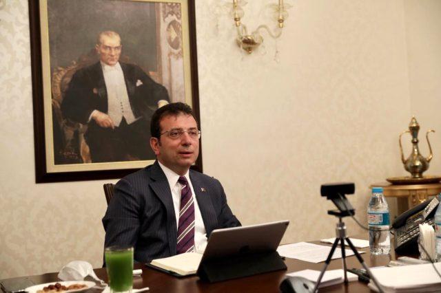 İBB Başkanı Ekrem İmamoğlu'nun fotoğrafında dikkat çeken yeşil içecek dolu bardak detayı