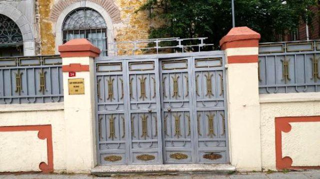 İstanbul'da kilise haçını kıran bir kişi gözaltına alındı