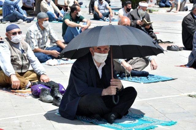74 günün ardından ilk Cuma namazı maskelerle ve sosyal mesafeli kılındı