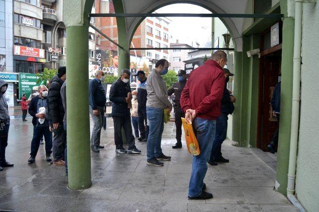 Bolu'da, 74 gün sonra ilk kez camilerde cemaatle namaz kılındı