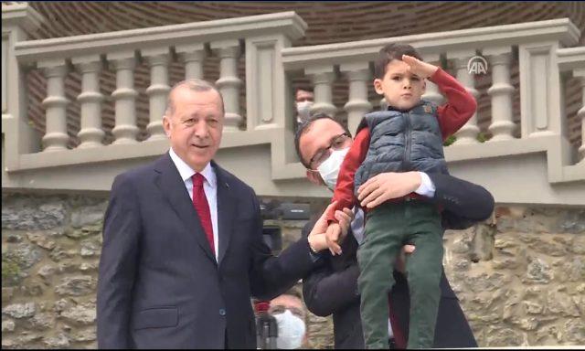 İstanbul'un Fethi'nin yıl dönümü etkinlikleri kapsamında Boğaz'dan geçen yelkenliler Cumhurbaşkanı'nı selamladı