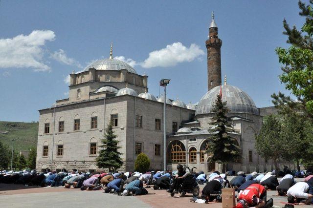Kars'ta 74 gün sonra ilk cuma namazı kılındı