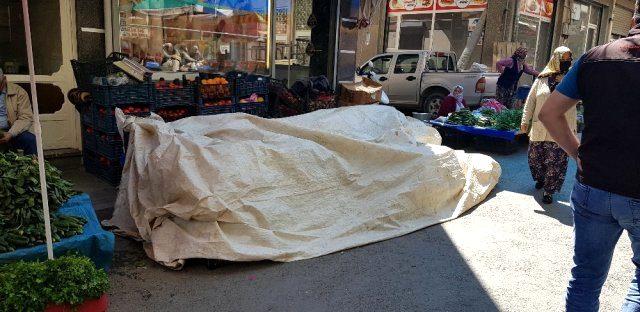 Pazarcı kadın şalvarın içinde doğurduğu bebeğini tezgahın altına attı