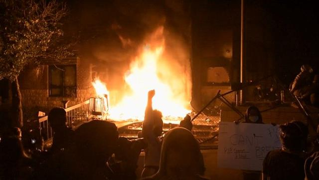 Siyahi Amerikalı Floyd'un öldürüldüğü Minneapolis'te göstericiler polis merkezini ateşe verdi