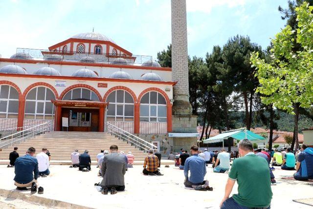 Taşova'da fiziksel mesafeli ilk cuma namazı kılındı