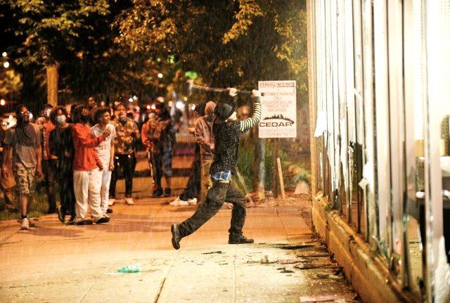 ABD'de George Floyd'un polis tarafından öldürüldüğü Minneapolis'te sokağa çıkma yasağı ilan edildi