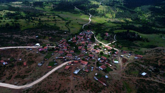 Diken üstündeki vatandaşlar, ayı korkusu nedeniyle köyü açık cezaevine çevirdi