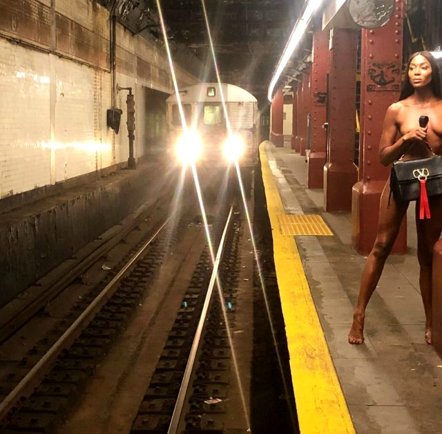 Naomi Campbell, metroda çıplak poz verdi