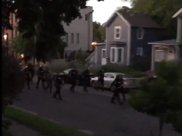 ABD'de polis ve orudu evlerinden çıkanları boya kapsülleriyle vuruyor