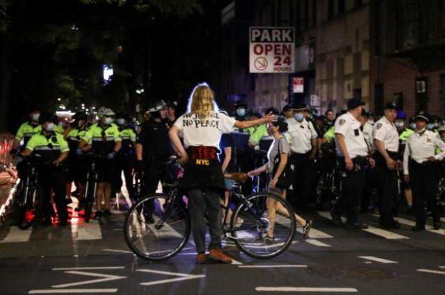 George Floyd protestoları ABD geneline yayılıyor! Chicago'da göstericiler polis arabalarına zarar verdi.